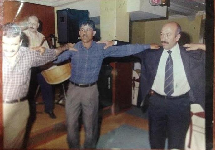 Köyümüzün halay ustalarından Mustafa Gümüş, Mehmet Şahin ve Ömer Börklü 90'lı yıllardaki bir salon düğününde halay çekerken